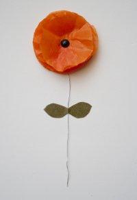 Czerwony kwiat zrobiony z bibuły